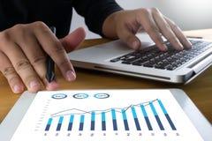 Las ventas negocio de muchas cartas y de los gráficos aumentan las partes Co de los ingresos imagenes de archivo