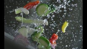Las verduras apetitosas se lavan debajo de la agua corriente en un colador Cámara lenta r Cámara lenta Cámara P almacen de metraje de vídeo