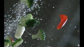 Las verduras apetitosas se lavan debajo de la agua corriente en un colador Cámara lenta r Cámara lenta Cámara P metrajes