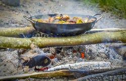 Las verduras critican cocinado en los carbones Imágenes de archivo libres de regalías