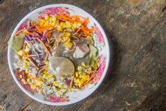 Las verduras de ensalada se colocan en Rose Bowl en fondo de madera Fotos de archivo libres de regalías