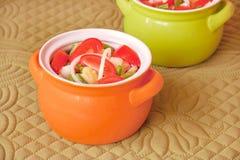 Las verduras del corte en potes Foto de archivo