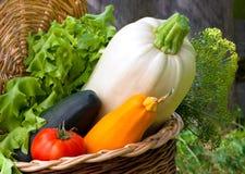 Las verduras del otoño están en una pequeña cesta imágenes de archivo libres de regalías