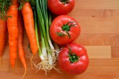Las verduras enmarcan en la tabla de madera Foto de archivo libre de regalías