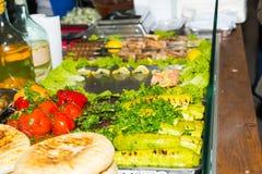 Las verduras frescas asadas deliciosas en una bandeja del metal cerca cocinaron f Imagenes de archivo