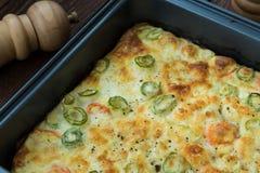 Las verduras frescas asadas en salsa cremosa remataron con queso Imágenes de archivo libres de regalías