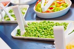 Las verduras frescas en bufete de ensaladas golpean estantes en restaurante Fotografía de archivo libre de regalías