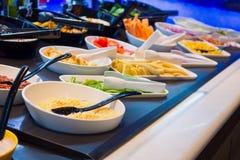 Las verduras frescas en bufete de ensaladas golpean estantes en restaurante Fotografía de archivo