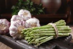 Las verduras frescas en un roble de madera suben en un interior rústico Imagen de archivo