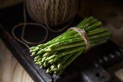Las verduras frescas en un roble de madera suben en un interior rústico Foto de archivo