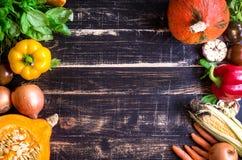 Las verduras frescas en una oscuridad rústica texturizaron la tabla Backgro del otoño Imagenes de archivo