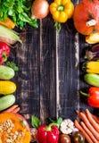 Las verduras frescas en una oscuridad rústica texturizaron la tabla Backgro del otoño Imagen de archivo libre de regalías