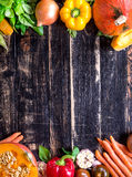 Las verduras frescas en una oscuridad rústica texturizaron la tabla Backgro del otoño Foto de archivo libre de regalías