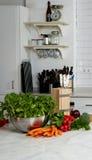 Las verduras frescas están en la tabla de cocina Fotos de archivo libres de regalías