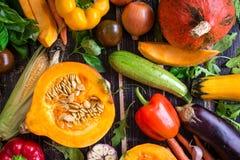 Las verduras frescas scaterred en una tabla texturizada oscuridad rústica Autu Fotografía de archivo