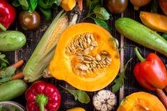 Las verduras frescas scaterred en una tabla texturizada oscuridad rústica Autu Fotos de archivo