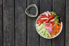 Las verduras frescas y el cangrejo del estilo japonés pegan la ensalada Imágenes de archivo libres de regalías
