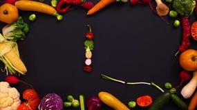 Las verduras hicieron la letra L almacen de video