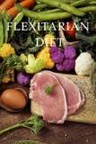 Las verduras, los huevos y la carne y el flexitarian del texto adietan imagen de archivo