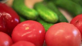Las verduras, los tomates rojos mienten en la tabla almacen de metraje de vídeo