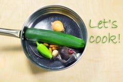 Las verduras sanas en la cacerola y los ingredientes se cierran para arriba Imagen de archivo