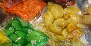 Las verduras se empaquetan al vacío en envases herméticos especiales fotografía de archivo libre de regalías