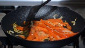 Las verduras se fríen en una cacerola almacen de video