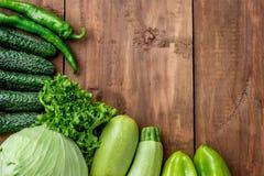 Las verduras verdes en la tabla de madera Fotos de archivo