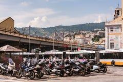 Las vespas y las motos que parquean en Génova, Italia fotografía de archivo libre de regalías