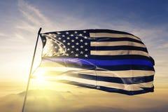 Las vidas azules importan tela americana del paño de la materia textil de la bandera de las estrellas que agita en la niebla supe fotos de archivo libres de regalías
