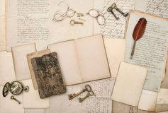 Las viejas letras abren el fondo de papel de los marcos del libro Fotografía de archivo libre de regalías
