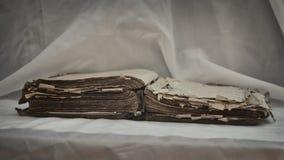 Las viejas mentiras desaliñadas antiguas del ` de la biblia del ` del libro se abren en la tabla con la pañería blanca El concept Imágenes de archivo libres de regalías