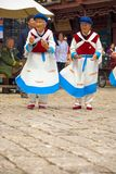 Las viejas mujeres de Naxi de la ciudad de Lijiang bailan el atuendo tradicional imagen de archivo