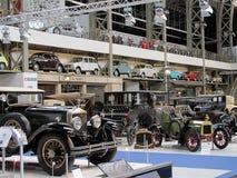 Las viejas y clásicas demostraciones de los vehículos en el museo de Autoworld en Bruselas fotografía de archivo