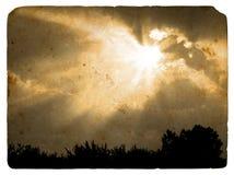 Las vigas del sol se cerraron por una nube. Postal vieja. ilustración del vector