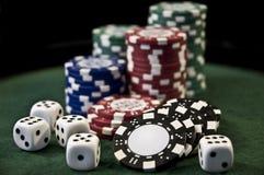 Las virutas de póker del casino y cortan en cuadritos Imagen de archivo libre de regalías