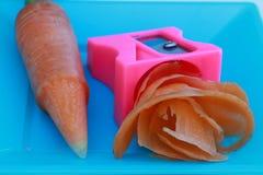 Las virutas frescas de la zanahoria afilaron con sacapuntas de lápiz Imágenes de archivo libres de regalías