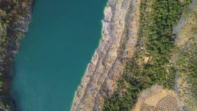 Las visiones asombrosas sobre los árboles y los lagos durante el otoño sazonan tiro Opinión superior sobre la orilla azul de un l almacen de metraje de vídeo