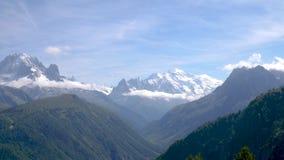 Las visiones espectaculares tragan un valle alpino en verano máximo metrajes
