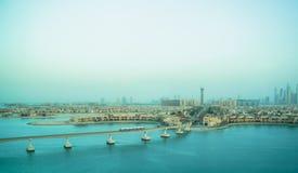 Las vistas del Dubai costean con el monorrail y el tren dubai En septiembre de 2018 imágenes de archivo libres de regalías