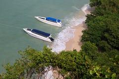 Las vistas superiores de los barcos, de la playa y de la isla de la velocidad Fotos de archivo libres de regalías