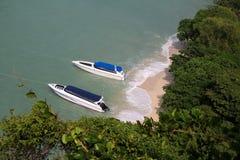 Las vistas superiores de los barcos, de la playa y de la isla de la velocidad Imagen de archivo