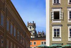 Las vistas típicas de las ventanas de una casa en el centro de Salzburg Imágenes de archivo libres de regalías