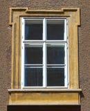 Las vistas típicas de las ventanas de una casa en el centro de Salzburg Foto de archivo libre de regalías