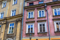 Las viviendas viejas, históricas en la vieja plaza del mercado en Cracovia, Polonia Foto de archivo