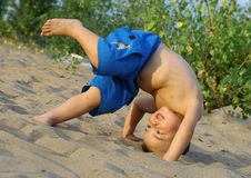 Las volteretas del muchacho Fotos de archivo libres de regalías
