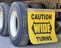 Las vueltas amplias firman y los neumáticos en el semi-remolque Fotografía de archivo