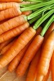 Las zanahorias agrupan en la madera fotos de archivo