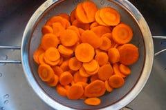 Las zanahorias cortaron en un tamiz fotos de archivo libres de regalías