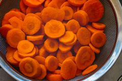 Las zanahorias cortaron en un tamiz imagenes de archivo